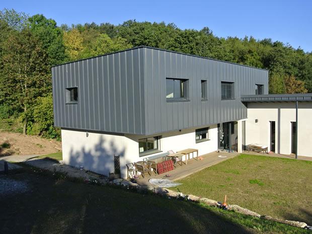 Maison en kit avec piscine toit plat for Modele maison avec piscine
