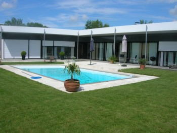 Jolie maison originale avec piscine toit plat for Local piscine toit plat