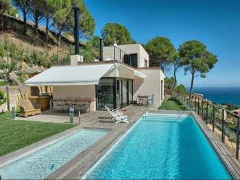 Maison des iles avec piscine toit plat for Modele maison avec piscine