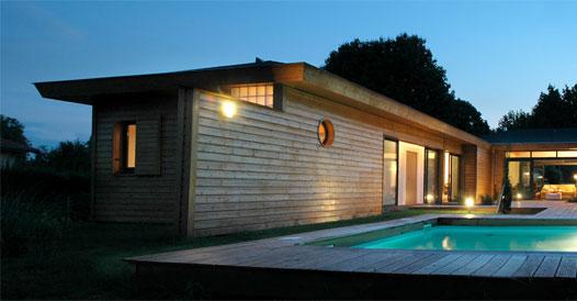 Maison en pierre avec piscine toit plat for Modele maison avec piscine