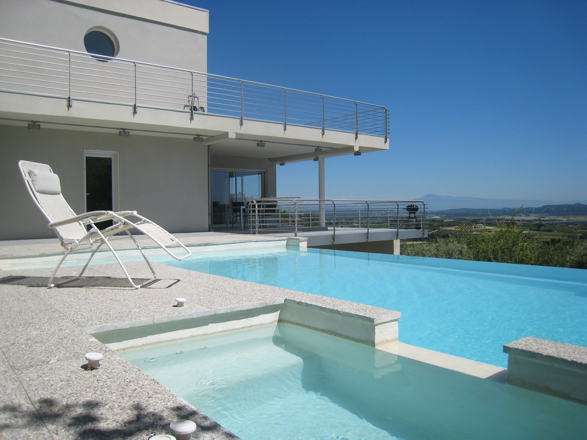 Provencale avec piscine toit plat tendance for Toit de piscine