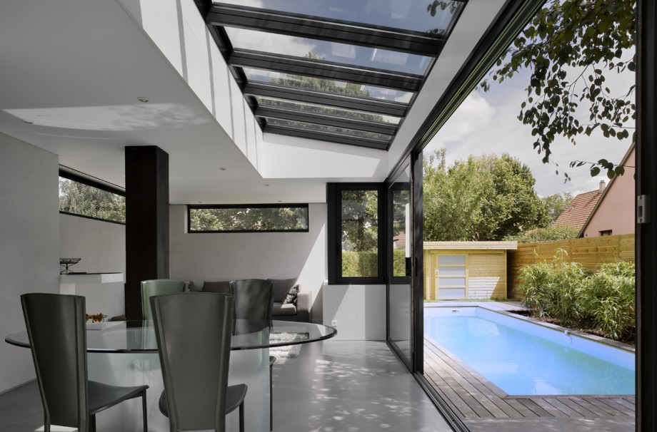 Photo de maison design avec piscine toit plat for Piscine acier carre