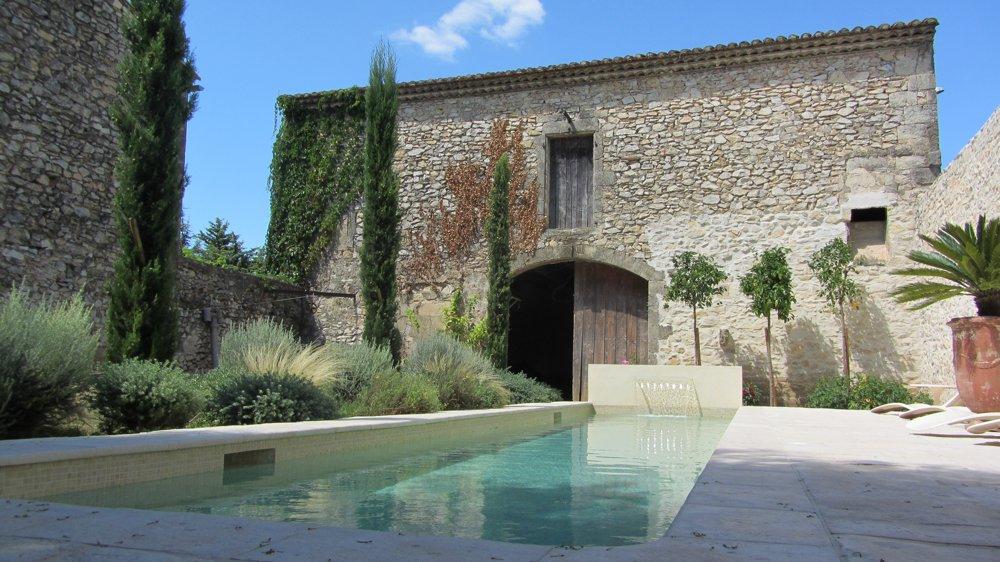 Photo de maison en pierre avec piscine for Bord de piscine en pierre