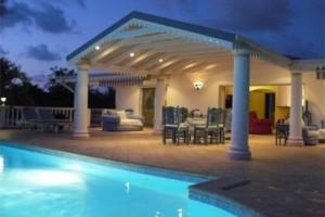 de maison en pierre avec piscine toit plat Construction