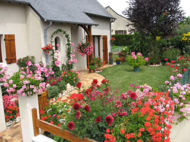 Image maison fleurie for Organiser un jardin fleuri