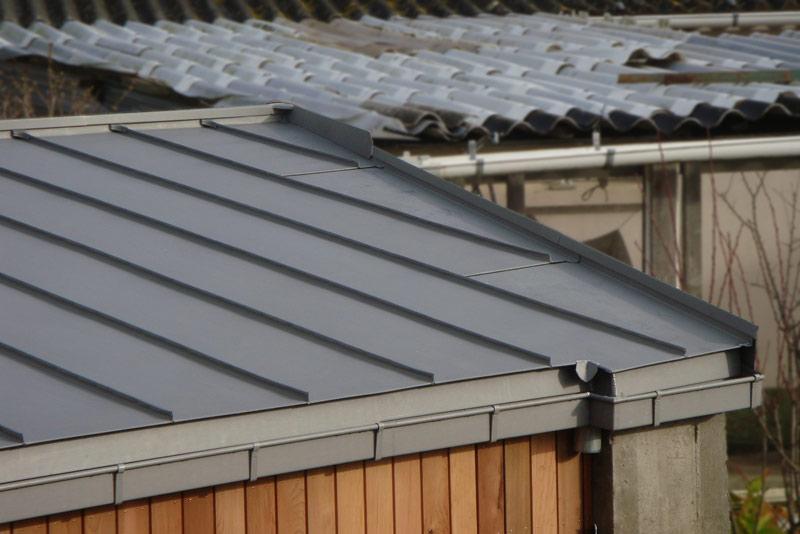 Maison moderne toit zinc for Toit en zinc noir