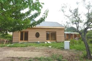 Maison plain pied ecologique - Maison volet rouge basque ...