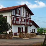 photo de maison volet rouge basque