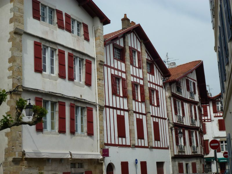 Complètement et à l'extrême exemple photo de maison volet rouge basque &MH_74