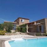 photo de maison en pierre avec piscine