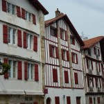 photo de maison volet rouge basque