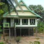 photo de maison sur pilotis
